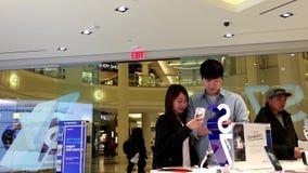 Jeune fille prenant le selfie par le nouveau téléphone portable de la galaxie S7 banque de vidéos