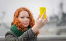 Jeune fille prenant un selfie. Photo stock