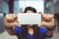 Jeune fille prenant un selfie d'elle-même Images libres de droits