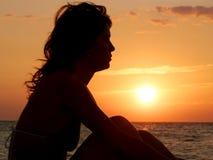 Jeune fille rêvant sur le coucher du soleil image stock