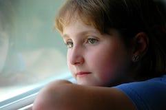Jeune fille rêvassant Image libre de droits