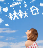 Jeune fille rêvassant avec des nuages de famille et de ménage Images libres de droits