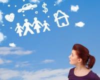 Jeune fille rêvassant avec des nuages de famille et de ménage Photo libre de droits