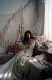 Jeune fille rêveuse dans l'arrangement victorien photos libres de droits