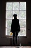 Jeune fille regardant à l'extérieur l'hublot. Image stock