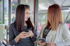 Jeune fille regardant à son téléphone du ` s d'ami et passionnant se sentant Photos libres de droits