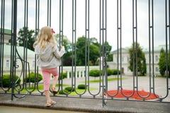 Jeune fille regardant le palais présidentiel, situé dans la vieille ville de Vilnius, le bureau officiel et la résidence certaine photos stock