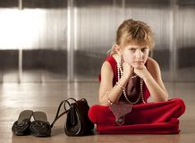 Jeune fille renfrognée en rouge Images libres de droits