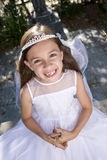 Jeune fille retenant à l'extérieur des programmes de rosaire photo libre de droits