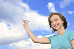 Jeune fille retenant l'avion de papier images libres de droits