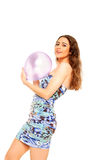 Jeune fille retenant un ballon Images stock