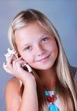 Jeune fille retenant un seashell images libres de droits