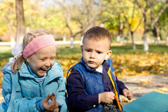 Jeune fille riant dans la configuration extérieure d'automne Images libres de droits