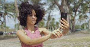 Jeune fille riante prenant le selfie en parc clips vidéos