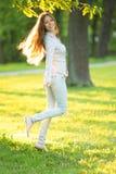 Jeune fille romantique appréciant dehors le beau modèle de nature dedans Photographie stock libre de droits