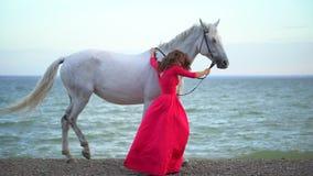 Romantique Rouge Cheval Robe Le Marchant Dans La Fille Avec Jeune WDE9I2YH