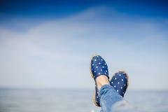 Jeune fille s'étendant près de la mer et du repos Photos stock