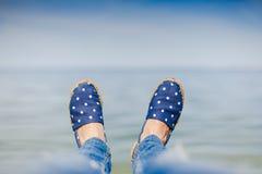 Jeune fille s'étendant près de la mer et du repos Photo stock