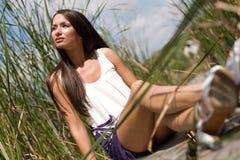 Jeune fille s'asseyant à l'extérieur image libre de droits
