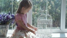Jeune fille s'asseyant à la cage clips vidéos