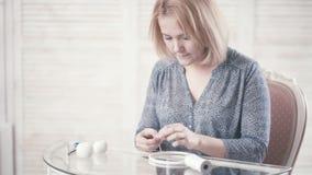 Jeune fille s'asseyant à la table et faisant le ` de Dreamcatcher de ` banque de vidéos