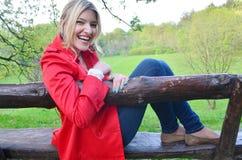 Jeune fille s'asseyant sur le banc en parc images libres de droits