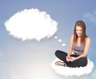 Jeune fille s'asseyant sur le nuage et la pensée Images libres de droits