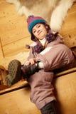 Jeune fille s'asseyant sur le siège en bois images stock