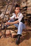 Jeune fille s'asseyante photo libre de droits