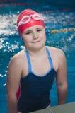 Jeune fille sûre dans son individu dans la piscine Images stock
