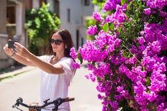 Jeune fille se faisant la photo à partir du téléphone à a Image stock