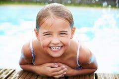 Jeune fille se reposant au bord de la piscine Photo libre de droits