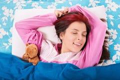Jeune fille se réveillant d'une bonne nuit de sommeil Images stock