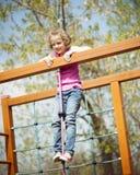 Jeune fille se tenant au sommet du cadre de corde et de s'élever Photos libres de droits