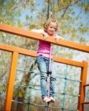 Jeune fille se tenant au sommet du cadre de corde et de s'élever Photo stock