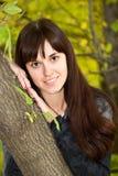 Jeune fille se tenant prêt un arbre photo libre de droits