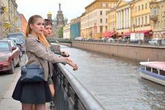 Jeune fille se tenant sur le remblai de canal de Griboyedov dans l'avant images stock