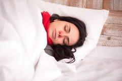 Jeune fille se trouvant sur l'oreiller photographie stock libre de droits