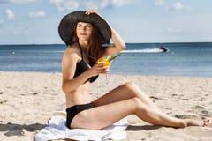 Jeune fille se trouvant sur la plage images stock