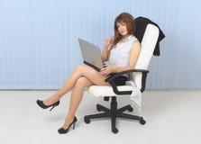 Jeune fille sexuelle - le secrétaire s'assied dans un fauteuil Image stock
