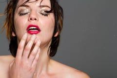 Jeune fille sexy avec le cheveu court et les languettes rouges Photo libre de droits