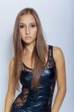 Jeune fille sexy dans la robe noire photo stock