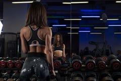 Jeune fille sexy de forme physique dans le gymnase faisant des exercices Image libre de droits