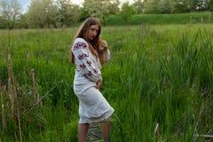 Jeune fille sexy plus la taille dans une chemise de lion avec la broderie sur photographie stock