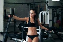 Jeune fille sexy posant avec l'équipement de forme physique Image libre de droits