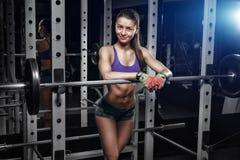 Jeune fille se reposant après des exercices accroupis Photographie stock libre de droits