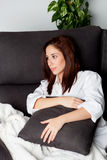 Jeune fille songeuse détendant à la maison Photos libres de droits