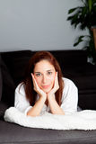 Jeune fille songeuse détendant à la maison Photo stock