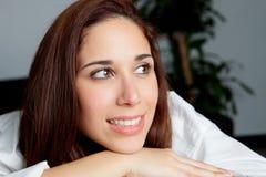 Jeune fille songeuse détendant à la maison Image libre de droits