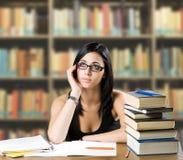 Jeune fille songeuse d'étudiant. Image stock